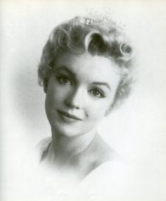 Marilyn Monroe, in an early high key but traditional, gauzy studio portrait by Milton Greene Marilyn Monroe Birthday, Marilyn Monroe Hair, Marilyn Monroe Quotes, Milton Greene, Old Faces, Short Curls, Hollywood, Norma Jeane, Studio Portraits