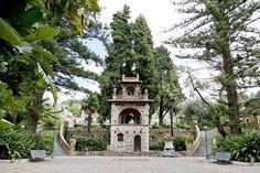 """Altra """"pagoda"""" nel parco della Villa comunale di Taormina, nei cui muri, accanto a capitelli di epoca greco-romana, sono visibili anche  elementi decorativi del 500 e 600 (foto di Andrea Jakomin)"""