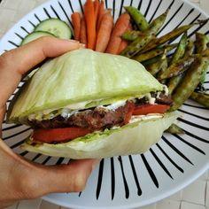 Jednoduchá, rychlá, levná a zdravá večeře. Představíte si hodiny strávené za plotnou? NE. My vám ukážeme, že to jde rychle a snadno, už do 10 minut. Low Carb Diet, Diet Recipes, Hamburger, Food And Drink, Ethnic Recipes, Fitness, Diet, Burgers, Skinny Recipes
