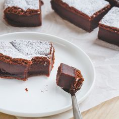 Magische chocoladecake Magical chocolate cake – A delicious cake that looks like you've been in the kitchen all day and is ready quickly. But the real magic happens during baking … Köstliche Desserts, Delicious Desserts, Yummy Food, Sweet Recipes, Cake Recipes, Snack Recipes, Magic Chocolate Cake, Ice Cream Recipes, Food Cakes