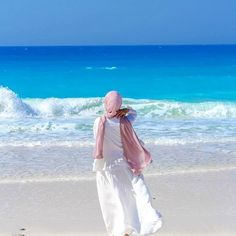 hijab beach what a view Eslimah Hijab Fashion Summer, Muslim Fashion, Fashion Muslimah, Abaya Fashion, Hijab Niqab, Hijab Chic, Casual Hijab Outfit, Hijab Dress, Hijabi Girl