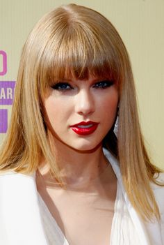 Hochzeit Make-up Rote Lippen Blonde Taylor Swift Ideen Source by Taylor Swift Red Lipstick, Taylor Swift Rot, Taylor Swift Makeup, Taylor Swift Facts, Swift 3, Beige Blonde Hair Color, Blond Beige, Blonde Haircuts, Hairstyles With Bangs