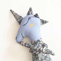 Doudou peluche licorne en tissus décoration chambre bébé et enfant