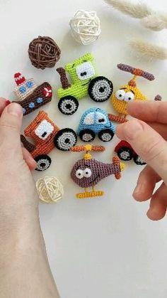 Diy Crochet Toys, Crochet Crafts, Crochet Dolls, Half Double Crochet, Single Crochet, Crochet Brooch, Fingering Yarn, Crochet Ornaments, Brooches Handmade