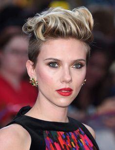 La coupe garçonne de Scarlett Johansson Depuis que l'actrice a troqué sa longue chevelure blonde pour un court boyish, les traits de son visage son mieux mis en valeur. À adopter à condition de garder de la longueur sur le dessus de la tête pour pouvoir jouer avec les coiffages et les styles.                                                                                                                                                      Plus