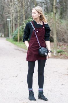 Lovely Dungaree Dress by Topshop in burgundy, styled with Boy Bag and black Sweater, autumn Look - Hamburg, Streetstyle, Outfit, Blogger