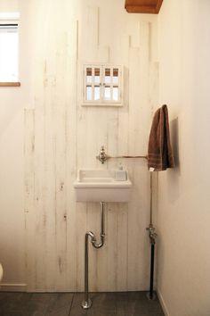 造作手洗い/トイレ/杉板/配管/ナチュラル/注文住宅/インテリア/ジャストの家/washstand/lavatory/powderroom/bathroom/vanity/natural/design/interior/house/homedecor もっと見る Washroom, Bathroom Hooks, Toilet Room, Mudroom, Living Spaces, Interior Design, Hulu Hulu, House, Sinks