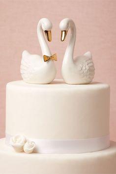 weiße Schwäne mit goldenen Akzenten aus Porzellan als Tortenfiguren