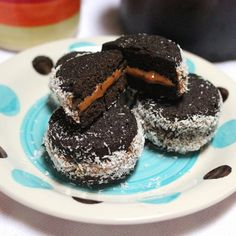 """Alfajores of carob and dulce de leche"" Recipe Baking Recipes, Dessert Recipes, Desserts, Healthy Mind And Body, Gluten Free Treats, Vegetarian Chocolate, Sin Gluten, Sweet Recipes, Cheesecake"