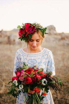 bouquet and matching floral headpiece This is seriously awesome Perfect Wedding, Dream Wedding, Wedding Day, Wedding Events, Bridal Flowers, Red Flowers, Floral Wedding, Wedding Bouquets, Floral Headpiece