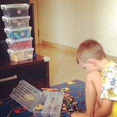 """Estou enfrentando uma batalha chamada """"Theo bagunceiro"""" uma semana sem LEGO e agora quero ver a organização!!!! Bagunçou arrumou pegou um guardou outro está rolando inclusive uma tabela aqui em casa para ver se ele melhora!!!!!! #desabafoDaMãeDoBagunceiro #masQueroQueSejaExBagunceiro #materniarte #grupomamaesdesp"""