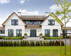 Mooi de grijze lijnen op de gevel die doorlopen in roedeverdeling. House Outside Design, House Design, Villas, Different House Styles, Thatched House, Tudor House, House Blueprints, Build Your Dream Home, Prefab Homes