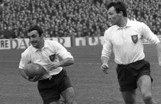 1964 : ça ne passe pas Le talent des frères Boniface au centre de l'attaque tricolore - Guy (balle en main) et André au soutien - n'est vraiment pas suffisant. La France, incapable d'inscrire le moindre essai, tombe nettement à Edimbourg et sans panache, 12-0. (L'Equipe)