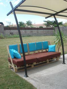 Outdoor sofa with pallets / Canapé d'extérieur avec des pallettes #Pallet, #Sofa