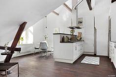 Mult alb, lemn și puține accente de culoare se regăsesc în această frumoasă…