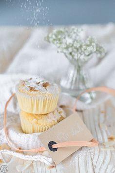 Diese Kokos-Muffins sind einfach und schnell zubereitet. Die Kokosflocken sind schön knusprig. Perfekt, wenn sich spontaner Besuch ankündigt!