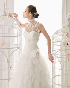 OREGON - Vestido de tul y flor en color natural 762- Chaqueta de encaje en color natural T6360- Horquilla de cristal y metal, color plata