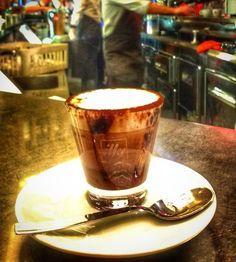 Nesse frio estou sempre pensando em como me aquecer!!!  .  Que tal um marroquino? Essa é a minha variação preferida ao café longo de todos os dias! Ele é preparado com café a espuma do leite calda de chocolate e cacau em pó por cima!!! Que deliciaaaaa!!!!  . QUAL TEU CAFÉ PREFERIDO? . Você está participando dos sorteios de aniversário do blog? Ahhh volte algumas fotos e participe!!! O último sorteio é de uma estadia aqui na cidade eterna!!! . Veja mais no Snapchat Em_Roma . #Roma #europe…