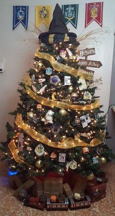 Harry Potter Christmas tree next year Harry Potter Halloween, Deco Noel Harry Potter, Harry Potter Navidad, Harry Potter Weihnachten, Harry Potter Thema, Harry Potter Decor, Harry Potter Birthday, Cool Christmas Trees, Christmas Tree Themes