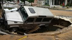 Land Rover is swallowed by crater on Afonso Pena Avenue, in Natal / Brazil  DEFENDER FOREVER !
