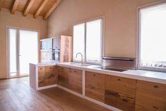 Good tip to combine wood kitchen and wood floor. Villa Rustica: Cucina in stile in stile Rustico di RI-NOVO Concrete Kitchen, Wooden Kitchen, Rustic Kitchen, New Kitchen, Kitchen Ideas, Loft Kitchen, Kitchen Colour Combination, Rustic Loft, Italian Home