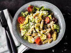 Caesar Salat mit Pasta und Avocado
