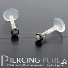 Piercing labret pour tour de lèvres ou oreilles en bioflex serti d'un châton en acier noir avec opale blanche clos.