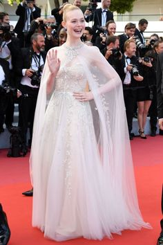 Elle Fanning Cannes 2019 The juror wore a delicate white Reem Acra gown with matching cape to attend the Closing Ceremony and premiere of The Specials. Beautiful Dresses, Nice Dresses, Peach Gown, Dior Gown, Red Carpet Gowns, Elle Fanning, Dior Couture, Cannes Film Festival, Hollywood Glamour