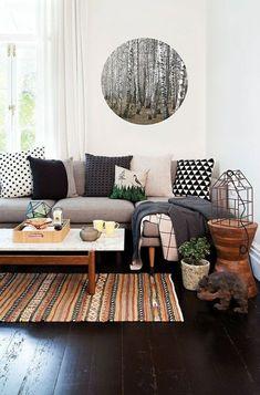 tapis coloré, sol en parquet, coussins colorés blanc-noir