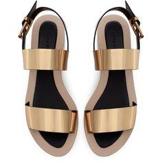 Zara Metallic Block Wedge (730 CZK) ❤ liked on Polyvore featuring shoes, sandals, flats, sapatos, heels, gold, flat heel shoes, zara footwear, mid-heel shoes and mid heel sandals