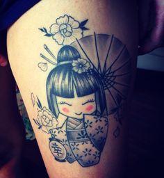 tattoos in japanese prints Girly Tattoos, Feminine Tattoos, Mini Tattoos, Japanese Tattoo Art, Japanese Tattoo Designs, Dreamcatcher Tattoo Thigh, Kokeshi Tattoo, Traditional Rose Tattoos, Neo Traditional