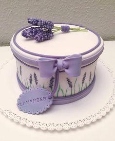 Dort marcipánový * k narozeninám - dárek zdobený levandulí.