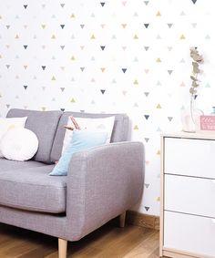 papel pintado de triangulos de colores rosa, mostaza, gris Lilipinso dormitorio infantil Kids Wallpaper, Wallpaper Roll, Grey Triangle Wallpaper, Triangle Rose, Easy Up, Baby Room Design, Love Seat, Enchanted, Couch