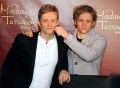 Pin for Later: 12 Gründe, warum man Matthias Schweighöfer einfach lieben muss Er kann über sich selbst lachen Matthias gemeinsam mit seinem Waxfiguren-Doppelgänger bei Madame Tussaud's in Berlin im Januar 2012.