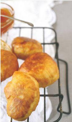 Wat is dan beter as 'n vars, warm vetkoek met kerrie-maalvleis of kaas en stroop op? South African Dishes, South African Recipes, Quiches, Kos, Rusk Recipe, Ma Baker, Easy Banana Bread, Thinking Day, Savory Snacks
