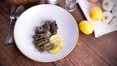 En el capítulo 1 del programa Cocina griega, la cocinera María Zannia prepara Hojas de parra rellenas (Yalatzi).También llamado Dolmades yalatzi, este plato vegetariano es muy conocido en la zona del Mediterráneo oriental. En la actualidad, Grecia, Turquía, Armenia, Azerbaijan, Chipre, Bosnia o...