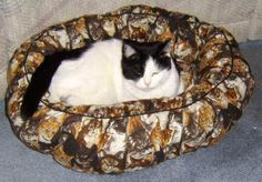 Use this free sewing pattern to create a comfortable spot for your cat or small dog. You'll find a free pattern and directions here.