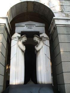 Statue Art Déco di angeli nel Cimitero monumentale di Staglieno, Genova, Italy