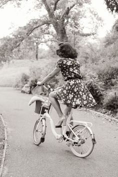 Bike RIde, This is what i want my summer to be. Riding a vintage bike in a sun dress Foto Fashion, 1940s Fashion, Vintage Fashion, Look Vintage, Vintage Beauty, Retro Vintage, Retro Chic, Vintage Floral, Anjou Velo Vintage