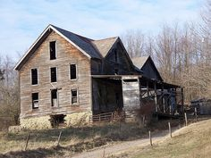 Dilapidated farmhouse with gingerbread gable, just outside Quaker City, Ohio. Abandoned Ohio, Abandoned Mansions, Abandoned Buildings, Abandoned Places, Barnesville Ohio, Ohio House, Fixer Upper House, Forgotten Treasures, Boarding House