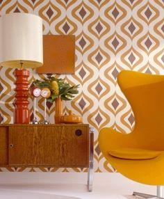 Ambiente decorado com papel de parede em cores vibrantes. A textura de formas geométricas é parte da tendência 2013.