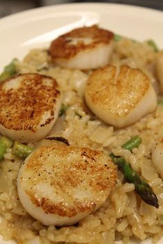 Seared Scallops with Lemon Asparagus Risotto! Seared Scallops with Lemon Asparagus Risotto! Fish Recipes, Seafood Recipes, Great Recipes, Cooking Recipes, Favorite Recipes, Fish Dishes, Pasta Dishes, I Love Food, Good Food