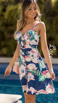 LACE, moda feminina. Fê Marques, blogueira, veste Lace. Vestido estampado maxi floral. Vestido no joelho estampado. Vestido com amarração no decote. Look para passear de dia no verão. Look casual arrumado para sair. Look de Verão. Look Lace. #Moda #Fahion #Lace #LaceOficial #Fashion #VestidosEstampados Sexy Outfits, Summer Outfits, Fashion Outfits, Summer Dresses, Womens Fashion, Cute Dresses, Beautiful Dresses, Dresses For Work, Maxi Floral