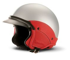 A transparent unbreakable peak – it can only be the Vespa Soft Touch helmet.