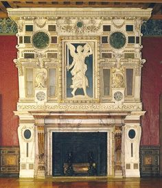 Cheminée de la Renommée, Écouen, datation: 1555. 2)... et la fait enrichir par JEAN BULLANT d'une somptueuse composition structurée par des marbres de couleur sertis dans des stucs rehaussés d'or. Au milieu, la figure de la Renommée, qui tient l'épée nue du connétable, dérive d'un dessin du ROSSO, l'inventeur de la galerie François 1° à Fontainebleau entre 1530 et 1540. C'est le dernier aménagement du château.