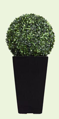 LED-valaistu puksipuupallo  22,95 €. Ø 34,5 cm. Ruukku myydään erikseen. Clas Ohlson, 3. krs.