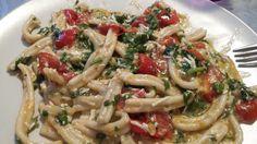 Le casarecce ricotta salata pomodorini e rucola sono un piatto di facile esecuzione ma di effetto.