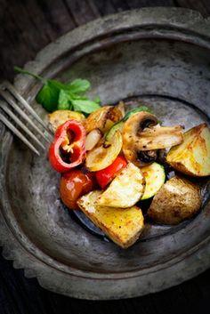 Bons ingredientes fazem pratos simples e deliciosos. Batatas e legumes salteados com azeite e alho, é rápido de fazer e fica uma delícia!!   #Batatas #França #Sabor #Receitas