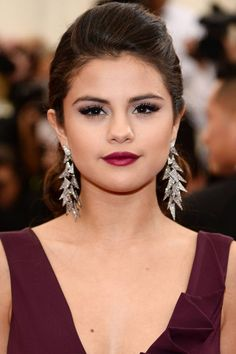 Get inspired by these 10 celebrities, who match their makeup with their dress: