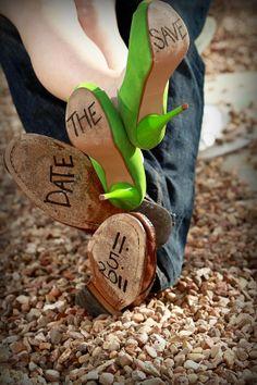 """Photo très originale pour votre carte de """"Save the Date"""" !!! Vos plus belles chaussures + un stylo ..."""